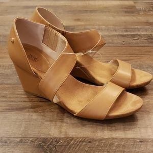 NWOT!!! Jones New York tan wedge sandal size 8.5